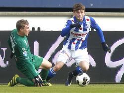 FC Groningen-middenvelder Simon Tibbling tikt met een sliding de bal voor sc Heerenveen-aanvaller Arber Zeneli weg. (29-01-2017)