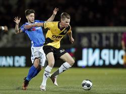 Jari Oosterwijk (r.) is te sterk voor Alessio Carlone (l.) tijdens het competitieduel FC Den Bosch - NAC Breda (03-02-2017).