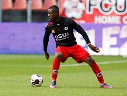 Leeroy Owusu probeert het overzicht te bewaren met de bal aan de voet in de wedstrijd FC Utrecht - Excelsior. (06-11-2016)
