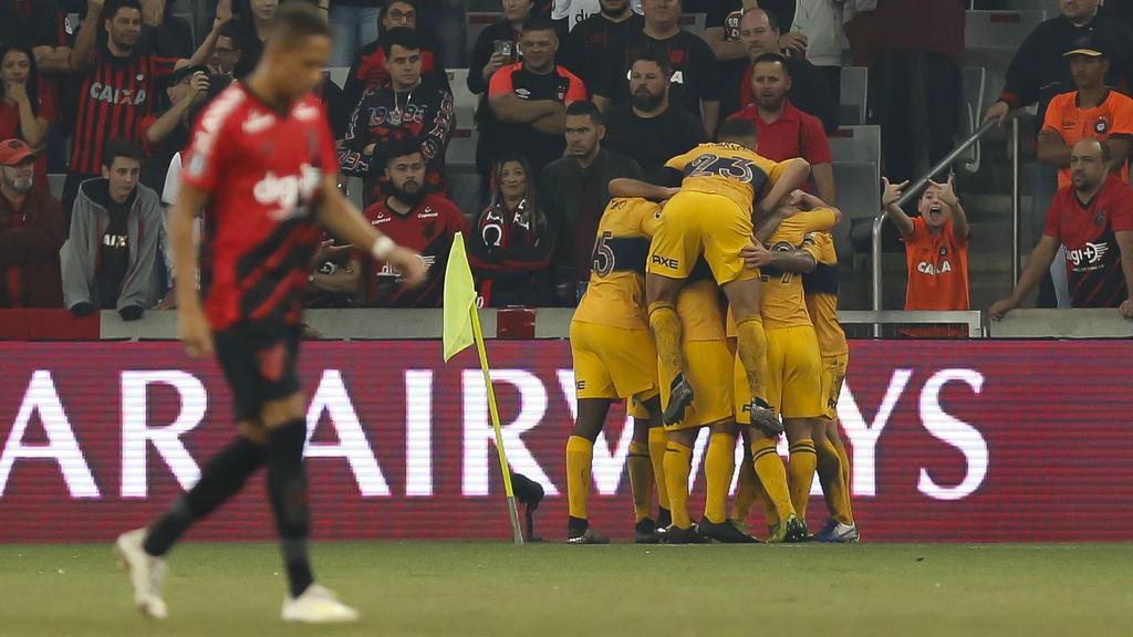 Los jugadores de Boca celebran el único gol del partido.
