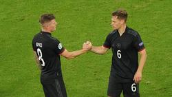 Joshua Kimmich vom FC Bayern (r.) ist der neue Mittelfeld-Boss der Nationalmannschaft
