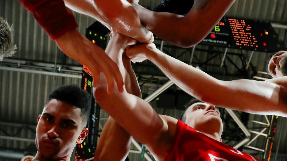 Die Münchner Basketballer verteilen Lebensmittel