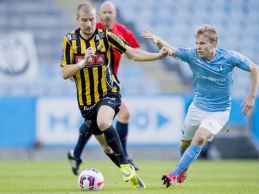 Simon Gustafson (r.) van het Zweedse BK Häcken houdt in het competitiduel met Malmö FF Oscar Lewicki van zich af. (21-05-2015)
