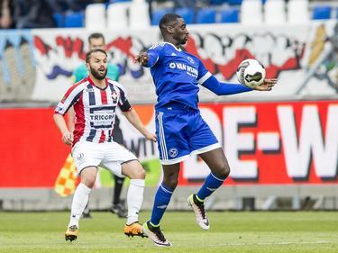 Enzio Boldewijn van Almere City houdt Willem II-verdediger Rochdi Achenteh achter zich tijdens het onderlinge duel in de play-offs. (16-05-2016)