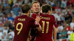 Kokorin y Mamaev celebran un tanto ante Inglaterra.