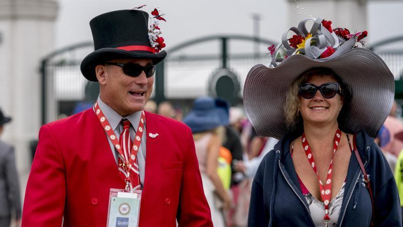 Das Publikum beim Kentucky Derby kleidet sich traditionell extravagant