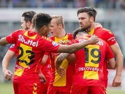 De spelers van Go Ahead Eagles vieren het doelpunt van Sander Fischer (r.), die vlak voor rust voor de 1-1 tekent tegen PEC Zwolle. (30-10-2016)