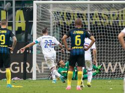 Qugliarella convierte el penalti que dio la victoria a la Samp (Foto: Getty)