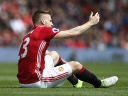 Manchester United-verdediger Luke Shaw vraagt na negen minuten spelen verzorging