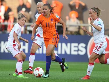Lieke Martens (m) tijdens de groepswedstrijd tegen Denemarken 20-07-2017