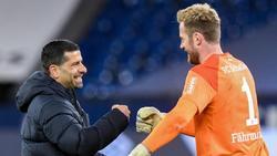 Schalkes Trainer Dimitrios Grammozis und Torwart Ralf Fährmann geben sich nach dem Spiel die Faust