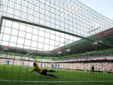 Een foto tijdens de wedstrijd FC Groningen - Willem II. Kostas Lamprou kan hier een strafschop van Michael de Leeuw niet keren. (28-09-2014)