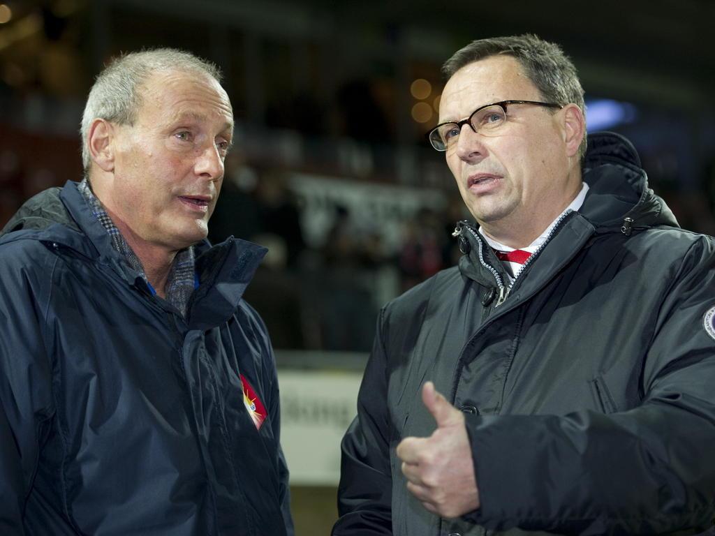 Telstar-trainer Jan Poortvliet (l) in gesprek met Jan Everse (r.), toen nog trainer van Sparta. (18-02-2011)