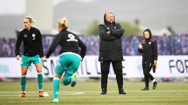 Horst Hrubesch nimmt die Spielerinnen genau unter die Lupe