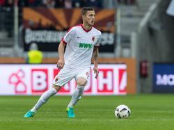 Jeffrey Gouweleeuw voor FC Augsburg aan de bal tegen FSV Mainz. (18-09-2016)