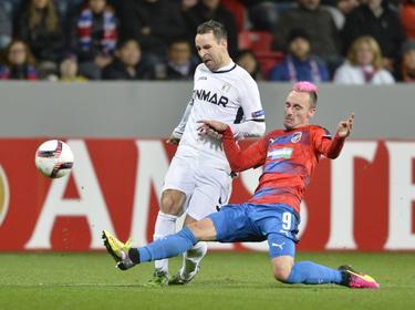 Martin Zeman (r.) zet Vlatko Lazić (l.) van de bal tijdens de wedstrijd van Viktoria Pilsen tegen Astra Giurgiu in de Europa League. (20-10-2016)