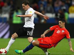 El 'Tucu' Hernández trata de robar un balón a Rudy. (Foto: Getty)