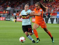 Lieke Martens (r.) versnelt voorbij Laura Deloose (l.). (24-07-2017)