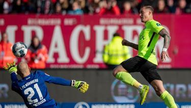Wiesbadens Manuel Schäffler trifft zum 1:0 gegen den 1. FC Nürnberg