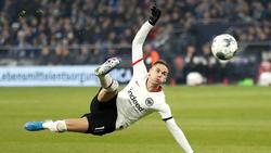 Eintracht-Spieler Mijat Gacinovic gibt Entwarnung nach dem brutalen Foul von Schalkes Alexander Nübel