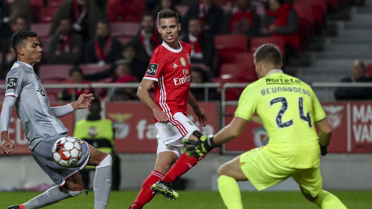 Julian Weigl (Mi.) debütierte am Freitag für SL Benfica