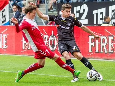 Robin Gosens (r.) probeert voor te zetten tijdens FC Utrecht - Heracles Almelo, maar moet daarvoor Rico Strieder passeren. (22-05-2016)