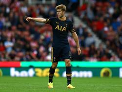 Eric Dier geeft aanwijzingen aan zijn ploeggenoten tijdens het competitieduel Stoke City - Tottenham Hotspur (10-09-2016).
