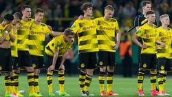 Die Spieler von Borussia Dortmunds U19 stehen gemeinsam an der Mittellinie