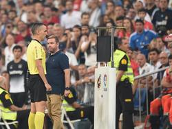 El colegiado revisa el VAR en un Real Madrid-Leganés de liga. (Foto: Getty)