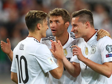 Mesut Özil a la izquierda junto a Müller y Draxler. (Foto: Getty)