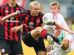 Sebastian Rode (l.) im Zweikampf mit Toni Kroos