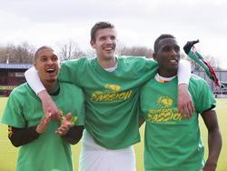 Gianni Zuiverloon (l.), Michiel Kramer (m.) en Dion Malone vieren de 2-3 overwinning op Excelsior met het publiek. Het trio heeft speciale shirts aan die door fans zijn uitgedacht. (05-04-2015)