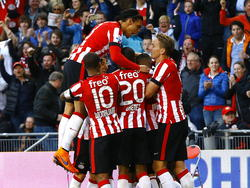 De spelers van PSV vieren een feestje na het doelpunt (2-0) van Depay dat ze dichterbij het kampioenschap brengt. (18-04-2015)