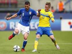 Sam Larsson (r.) maakte het afgelopen seizoen zijn eerste seizoen mee in de Eredivisie en zag zijn goede spel beloond worden met een selectie voor het Europees Kampioenschap voor spelers onder de 21 jaar. Hier speelt hij met Jong Zweden tegen Jong Italië. (18-06-2015)