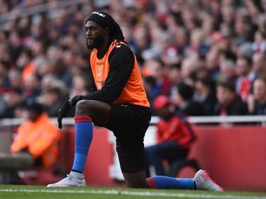 Emmanuel Adebayor calienta en la banda en su etapa en el Crystal Palace. (Foto: Getty)