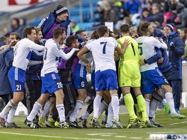 De spelers van San Marino zijn uitzinnig van vreugde na de 1-1 tegen Noorwegen, het eerste uitdoelpunt sinds 2001. (11-10-2016)