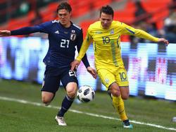 Die Ukraine mit Schalke-Spieler Yevhen Konoplyanka (re.) gewann den Ländervergleich gegen Japan und Eintracht-Kapitän Makoto Hasebe.