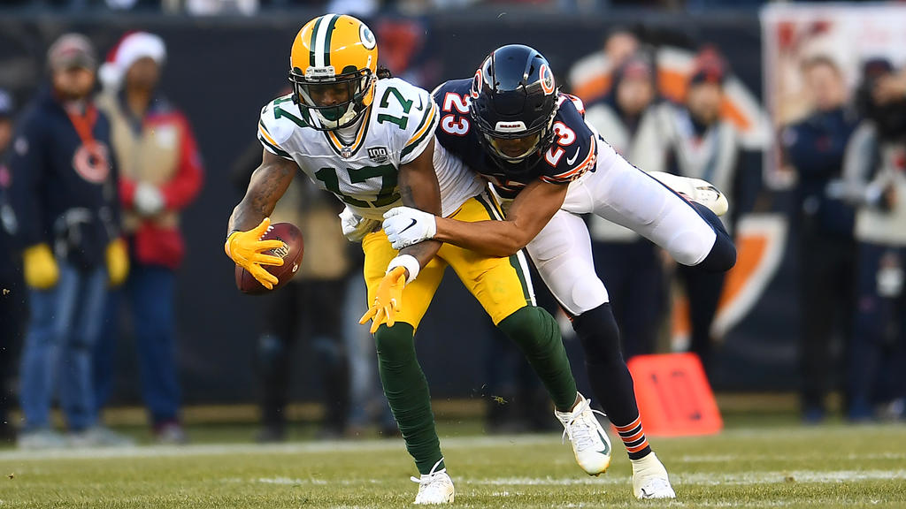 Davante Adams (l.) von den Packers wird am Passempfang gehindert