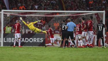 De la Cruz marcó el empate del River de libre directo. (Foto: Getty)