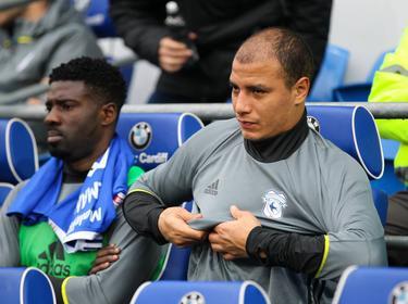 Marouane Chamakh zit op de bank namens Cardiff City tegen Wigan Athletic. (29-10-2016)