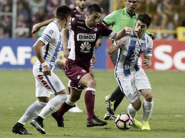 Mario Torres lleva la bola entre dos contrarios de Pachuca. (Foto: Imago)