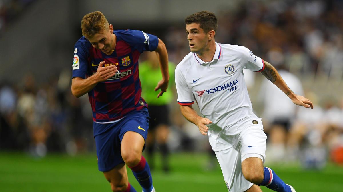 Oriol Busquets (l.) spielte mit Barca in der Vorbereitung unter anderem gegen Ex-BVB-Star Christian Pulisic und den FC Chelsea