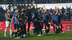 Los jugadores de Atalanta celebran el triunfo con los suyos.