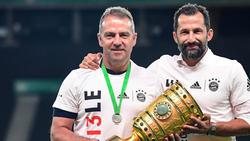 Bayern-Coach Hansi Flick (li.) hatte ein besonders Geschenk für seine Stars