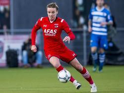 Ben Rienstra neemt op technische wijze de bal mee tijdens het duel PEC Zwolle - AZ Alkmaar in de Eredivisie. (13-12-2015)