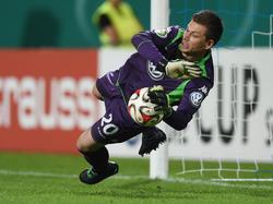 Torwart Max Grün vom VfL Wolfsburg hält einen Ball im Elfmeterschießen