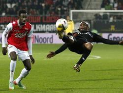 Op schitterende wijze werkt Kwame Quansah de bal weg tijdens AZ - Go Ahead Eagles. Fernando Lewis kan alleen maar toekijken. (08-03-2014)