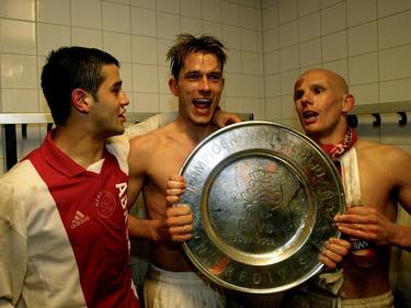 Na de overwinning op NEC staan Cristian Chivu (l.), André Bergdølmo (m.) en Jan van Halst met de kampioensschaal op de foto. (05-05-2002)