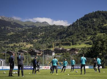 PSV begint de training op het trainingskamp in Zwitserland met een rondo op een wel heel mooie locatie. (16-07-2016)