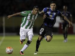 Tellechea (dcha.) y Orlando Berrío pugnan por la pelota en el duelo. (Foto: Imago)